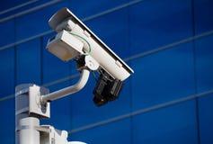 Überwachungskamera vor Gebäude Stockbild