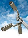 Überwachungskameras auf blauer Himmel-Hintergrund Stockbild