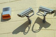 Überwachungskameras auf der Wand Stockbild