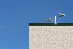 Überwachungskameras auf Gebäude Stockfotografie