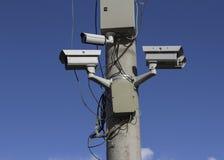 Überwachungskameras auf Spalte Stockfoto