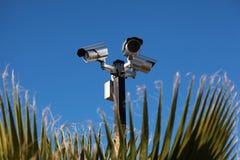 Überwachungskameras, blauer Himmel Stockfotografie