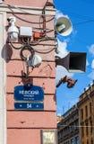 Überwachungskameras und Lautsprecher auf der Ecke der Gestalt Stockbilder