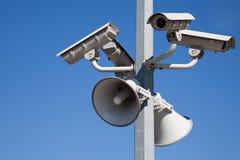 Überwachungskameras und Lautsprecher auf Pol Stockfotos