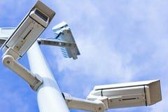 Überwachungskameras vom niedrigen Winkel Stockfotografie