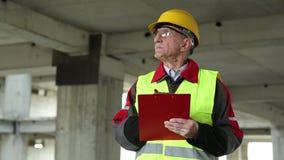 Überwachungspersonal an der Baustelle stock footage
