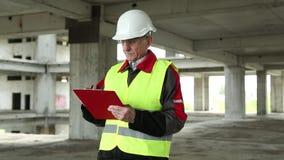 Überwachungspersonal an der Baustelle stock video