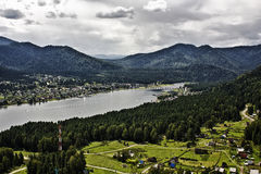 Überwendlingsnaht über Teletskoye See lizenzfreies stockbild
