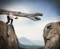 Überwindung eines Hindernisses mit einer Lösung stockfoto
