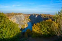 Überwucherter Steinbruchstein bei Sonnenuntergang Lizenzfreie Stockbilder