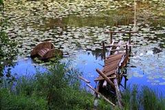Überwucherter und verfallener Kai des Sees für Boote Stockbilder