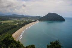 Überwuchertes und des Türkises Wasser der Insel, mit gelbem Sand stockbilder