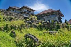 Überwuchertes verlassenes Hotel lizenzfreie stockbilder