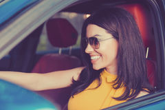 Überzeugt und schön Attraktive Frau im gelben Kleid in ihrem neuen modernen Auto stockbilder