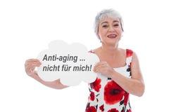 Überzeugte ältere Frau lehnt Antialtern ab Lizenzfreies Stockbild