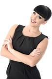 Überzeugte anspruchsvolle positive glückliche Frau, die mit den Armen gekreuzt lächelt Stockfoto