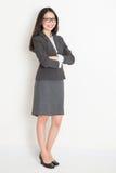 Überzeugte asiatische Geschäftsfrau des vollen Körpers Lizenzfreies Stockfoto