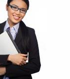 Überzeugte asiatische Geschäftsfrau mit Laptop Lizenzfreie Stockfotos