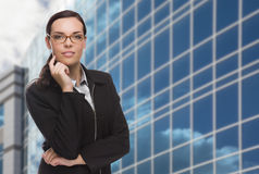 Überzeugte attraktive Mischrasse-Frau vor Unternehmens-Buil Stockbild