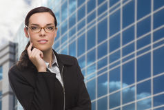 Überzeugte attraktive Mischrasse-Frau vor Unternehmens-Buil Lizenzfreie Stockfotografie