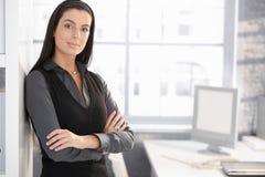 Überzeugte Büroangestelltfrau Stockfotografie