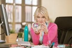 Überzeugte Berufsfrau mit Crystal Ball stockfotografie