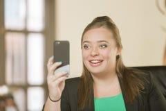 Überzeugte Berufsfrau mit Klammern unter Verwendung ihres Telefons stockfotos