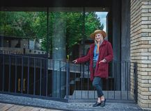 Überzeugte blonde Dame, die nahe Untertagedurchlauf aufwirft Lizenzfreie Stockfotos