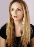 Überzeugte blonde Frau Lizenzfreie Stockfotografie