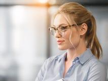 Überzeugte blonde Frau, die an ihre Karriere denkt Stockfotos