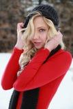 Überzeugte blonde Frau im Winter Stockfotos