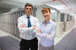 Überzeugte Datentechniker, die Kamera betrachten Lizenzfreie Stockfotos