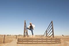 Überzeugte entspannte reife Frau im ländlichen Land Lizenzfreies Stockfoto