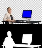 ?berzeugte fokussierte Gesch?ftsfrau, die mit Kamera spricht und schaut, um nahe ihr, Alpha Channel zu ?berwachen Blue Screen-Mod lizenzfreies stockbild