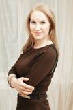 Überzeugte Frau im braunen Kleid lizenzfreie stockbilder