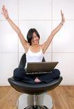 Überzeugte Frau, die glücklich schaut Lizenzfreie Stockfotos