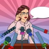 Überzeugte Frauen-antwortende Fragen über Pressekonferenz Massenmedium-Interview Pop-Arten-Illustration lizenzfreie abbildung
