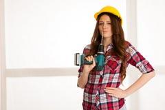 Überzeugte Frauenarbeiten mit batery bohren Maschine DIY lizenzfreie stockfotos