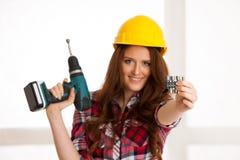Überzeugte Frauenarbeiten mit batery bohren Maschine DIY lizenzfreies stockfoto