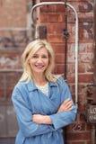 Überzeugte freundliche blonde Frau Lizenzfreies Stockfoto