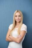 Überzeugte freundliche junge Frau Lizenzfreies Stockfoto