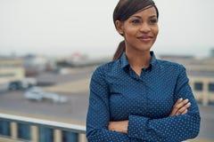 Überzeugte freundliche schwarze Geschäftsfrau lizenzfreie stockfotografie