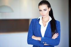Überzeugte Geschäftsfrau in blauem langärmligem Stockfoto