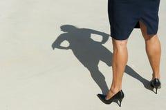 Überzeugte Geschäftsfrau in den hohen Absätzen lizenzfreie stockfotos