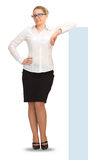 Überzeugte Geschäftsfrau, die auf weißem Hintergrund in voller Länge steht Lizenzfreie Stockfotos