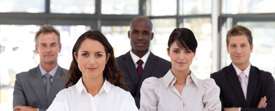 Überzeugte Geschäftsfrau, die ein Team führt stockbild