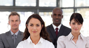 Überzeugte Geschäftsfrau, die ein Team führt lizenzfreies stockbild