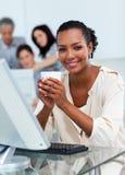 Überzeugte Geschäftsfrau, die einen Kaffee trinkt Lizenzfreie Stockfotos