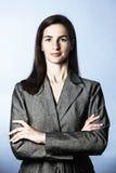 Überzeugte Geschäftsfrau, die gerade schaut Stockfotos