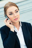 Überzeugte Geschäftsfrau, die am Geschäftstelefon spricht lizenzfreies stockfoto